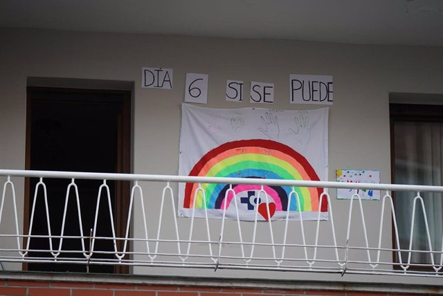 Un dibuix d'un arcoiris i amb les lletres de 'Dia 6, sí es pot' en un de les balconades de l'Hospital Universitari Creus, un dels hospitals públics bascos de referència per infectats per coronavirus, a Bilbao/Euskadi (Espanya)(arxiu)