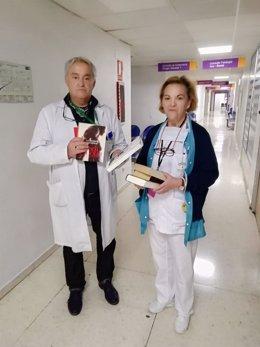 El responsable de la biblioteca del paciente entrega libros a Enfermería