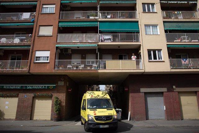 Una ambulància durant el tercer dia laborable de l'estat d'alarma per coronavirus, a Barcelona/Catalunya (Espanya) a 18 de març de 2020.