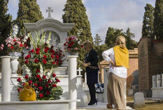 Cementerio de San Fernando en la festividad de Todos los Santos Personas visitan y arreglan con flores las tumbas de sus familiares en esta festividad. En Sevilla, a 01 de noviembre de 2019. (Foto de archivo).