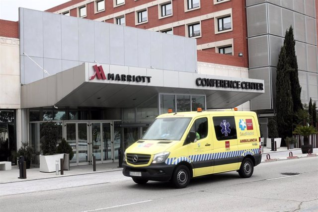 Una ambulancia de la Comunidad de Madrid pasa al lado del Hotel Marriott Auditorium, en el kilómetro 12 de la A-2, que desde hoy recibe a pacientes que no necesiten tratamiento, aunque sí seguimiento, por coronavirus procedentes del Hospital Príncipe de