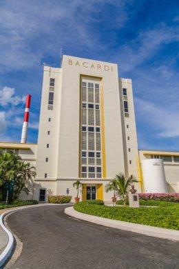 Economía.- Bacardi dedica su destilería más grande a fabricar desinfectantes par