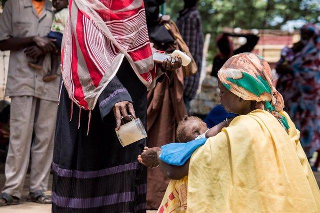 Una mujer se lava las manos en Jartum