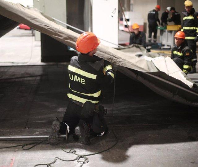 Un militar de la UME ayuda en el acondicionamiento del pabellón 14 de Ifema en Madrid