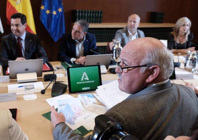 El presidente de la Junta, Juanma Moreno (1I), el consejero de la Presidencia, Elías Bendodo (C), y el consejero de Salud, Jesús Aguirre (1d) en una imagen de archivo.