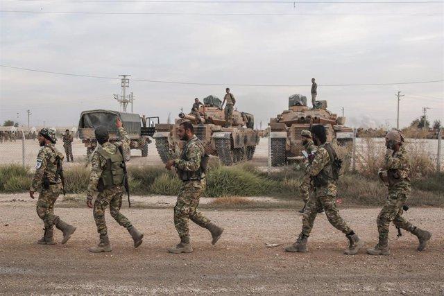 Soldados y vehículos militares de Turquía en una zona de estacionamiento para el Ejército y los rebeldes sirios a los que apoya Ankara