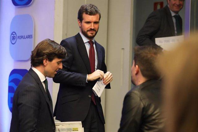 El presidente del Partido Popular, Pablo Casado (centro), junto al vicesecretario nacional de Comunicación del PP, Pablo Montesinos. En la sede de Partido Popular ubicado en la calle de Génova, Madrid (España), a 9 de marzo de 2020.
