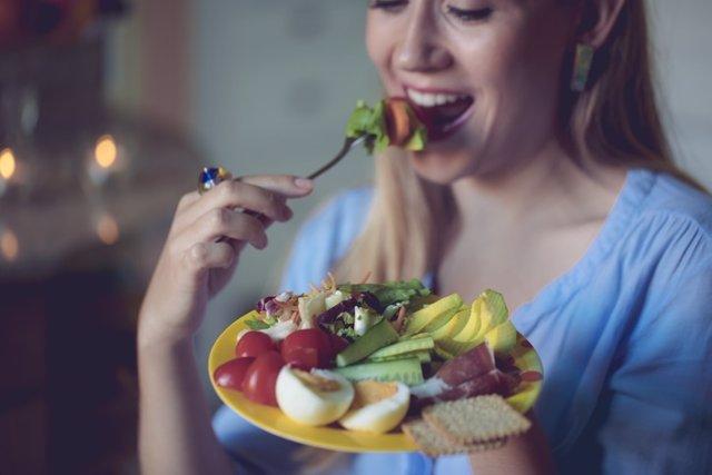 Mujer comiendo.