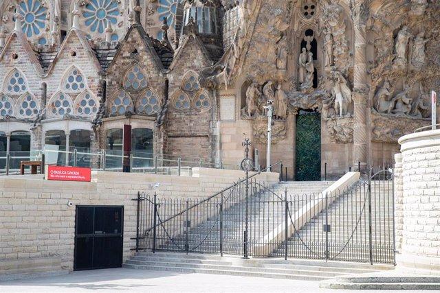 Entrada a la Basílica de la Sagrada Familia, cerrada al público durante el sexto día de confinamiento tras la declaración del estado de alarma por la pandemia de coronavirus, en Barcelona / Cataluña (España), a 20 de marzo de 2020 (archivo)
