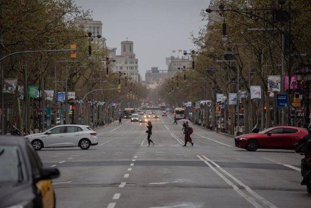 Una calle de Barcelona con poco tráfico y pocas personas en el segundo día laborable del estado de alarma por el coronavirus, en Barcelona (España), a 17 de marzo de 2020.