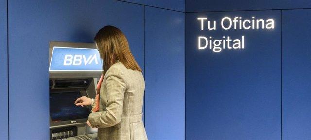 Cajero automático de BBVA en su nuevo centro de banca de clientes, en la  calle Velázquez, 33.