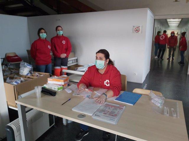 Treballadors i voluntaris de Creu Roja, en el nou dispositiu obert a Barcelona per facilitar el confinament als 'sense sostre'