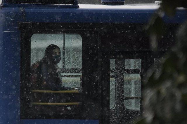 Una mujer con una mascarilla en Bogotá.