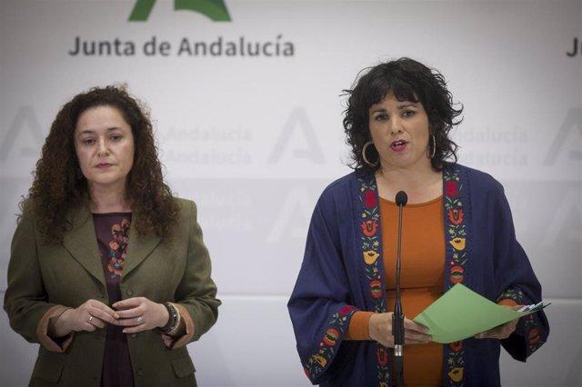 La presidenta del grupo parlamentario Adelante Andalucía, Teresa Rodríguez (d), junto a la portavoz del grupo, Inmaculada Nieto, en una imagen de archivo.