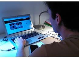 Imatge de recurs d'un alumne en una classe a distància. Educació onlie, en línia.