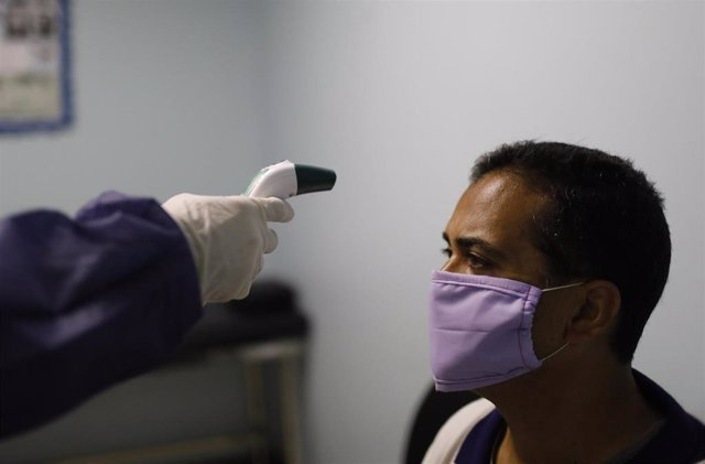 Medición de temperatura con termómetro en Venezuela