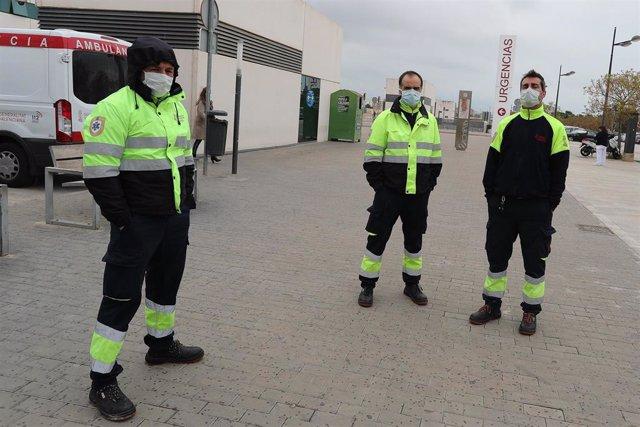Personal de ambulancias con mascarillas frente al Hospital Unviersitario La Fe de Valencia, uno de los centros públicos valencianos de referencia para el tratamiento de los pacientes afectados por coronavirus en Valencia / Comunidad Valenciana (España), a