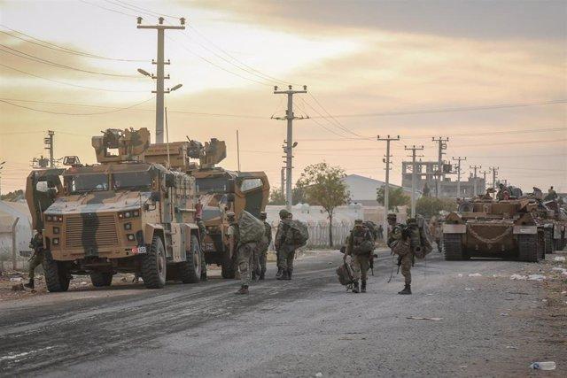 Vehículos militares de Turquía en la localidad de Akcakale, situada en la frontera con Siria