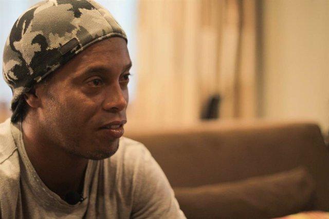 Fútbol.- Ronaldinho cumple 40 años en la cárcel y se refugia en el fútbol sala