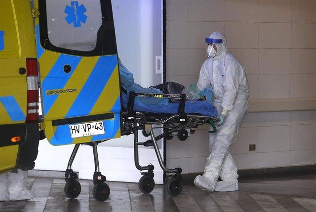 Traslado de un sospechoso de coronavirus en el hospital regional de Talca, Chile