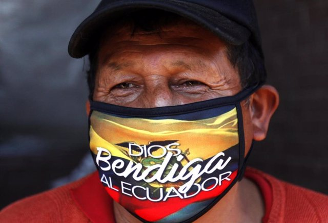 Imagen de un hombre con mascarilla en Ecuador.