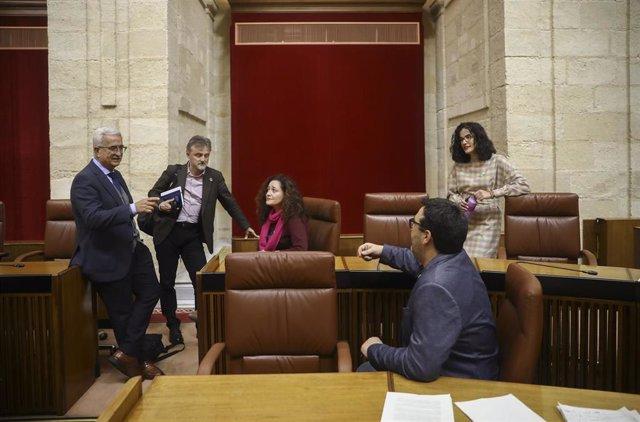 El portavoz del grupo parlamentario socialista, José Fiscal (2i),  conversa con diputados del grupo parlamentario Adelante Andalucía, en una imagen de archivo en el Parlamento.