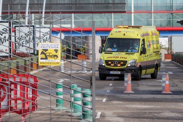 Salida de un vehículo del Summa 112, el Servicio de Emergencias de Madrid, al Palacio de Congresos Municipal de la capital, Ifema, donde se ha construido un 'hospital de campaña', en Madrid (España) a 22 de marzo de 2020