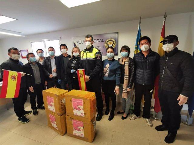 Comerciantes chinos de l'Albir entregan 9.000 mascarillas a l'Alfàs