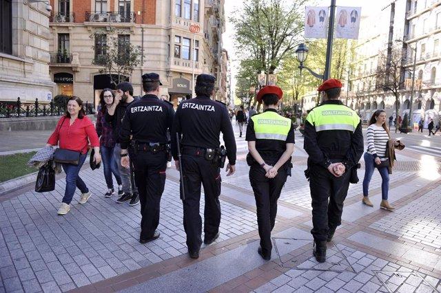 Agentes de la Ertzaintza y de la Policía municipal de Bilbao
