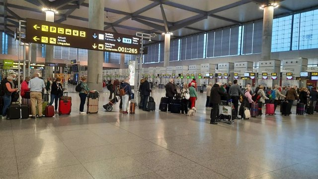 Cola de embarque en el aeropuerto de Málaga este domingo 22 de marzo de 2020