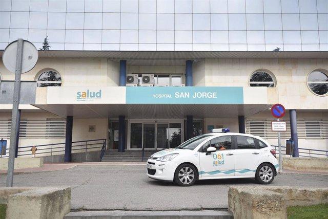Una sanitaria abandona con un coche de uso hospitalario el Hospital San Jorge en Huesca durante el cuarto día laboral en el estado de alarma en el país por el coronavirus, en Huesca, Aragón (España), a 19 de marzo de 2020.