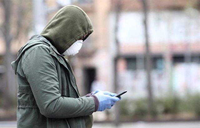 Un hombre protegida con mascarilla en plena crisis del coronavirus
