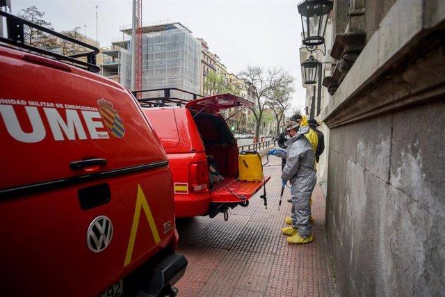 Miembros de la UME participan en tareas de desinfección en la Delegación de Gobierno de la Comunidad de Madrid, en Madrid (España), a 21 de marzo de 2020.