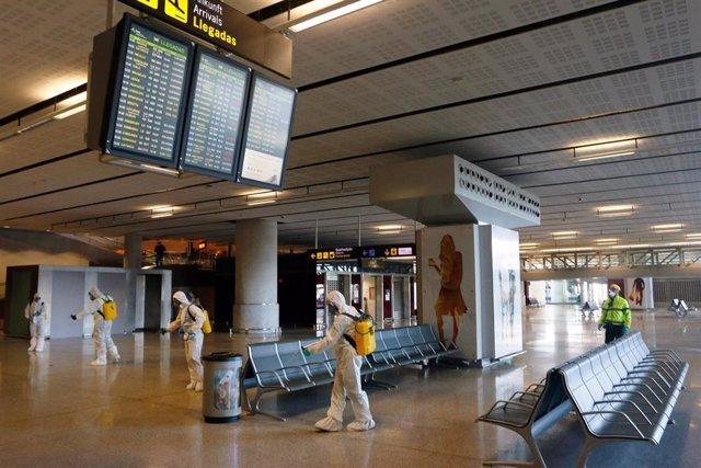 Despliegue de la Unidad Militar de Emergencias (UME) en las inmediaciones del aeropuerto de Málaga Pablo Picasso, realizando labores de contingencias por el Covid-19. Málaga a 16 de marzo del 2020