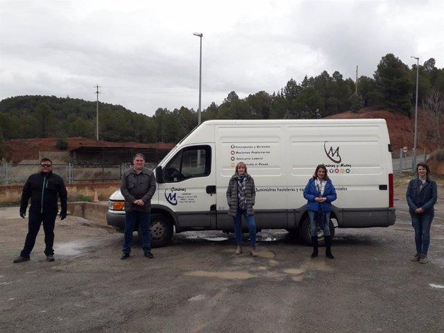 La alcaldesa de Teruel, Emma Buj, recibe la donación de la empresa Giménez y Muñoz