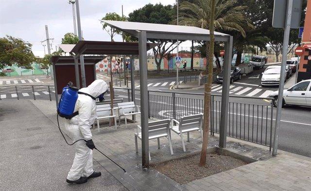 El servicio municipal de limpieza realiza labores de desinfección en el barrio de Ofra