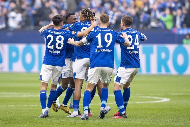 Fútbol.- El Schalke 04 congela sus negociaciones de fichajes y bajas por el coro