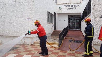 Bomberos de Marbella desinfectan tres veces al día el exterior de centros de salud y ambulatorios frente al coronavirus