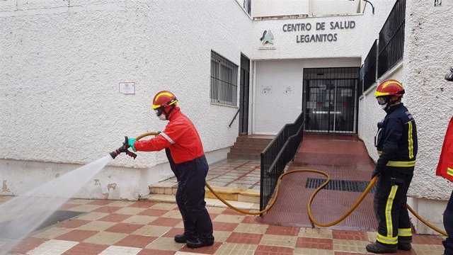 Bomberos de Marbella trabajarán tres veces al día en la desinfección exterior de centros de salud, ambulatorios y parques de bomberos.