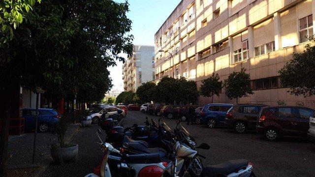 Calle sin tráfico en Sevilla a primera hora de este lunes (Foto de archivo).