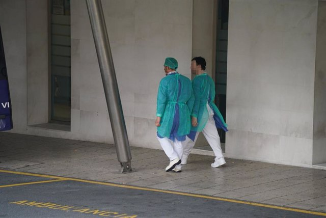 Dos sanitarios andan en el exterior del Hospital Universitario Cruces, uno de los hospitales públicos vascos de referencia para infectados por coronavirus, en Bilbao/Euskadi (España) a 19 de marzo de 2020.