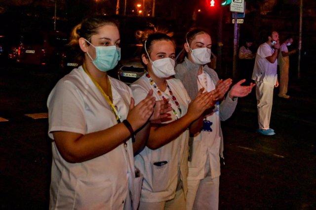 Enfermeros y médicos se unen a los aplausos a los trabajadores sanitarios en la Fundación Jiménez Díaz de Madrid