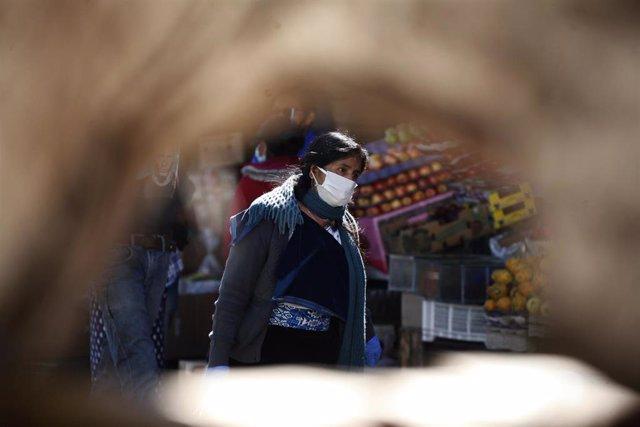 Mujer con mascarilla en Quito