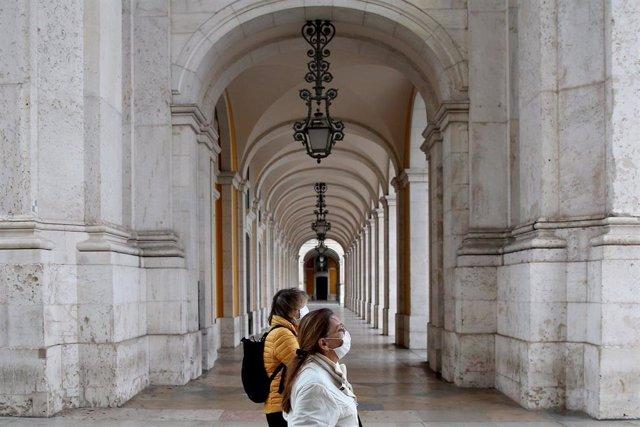 Personas con máscaras por el coronavirus en Lisboa