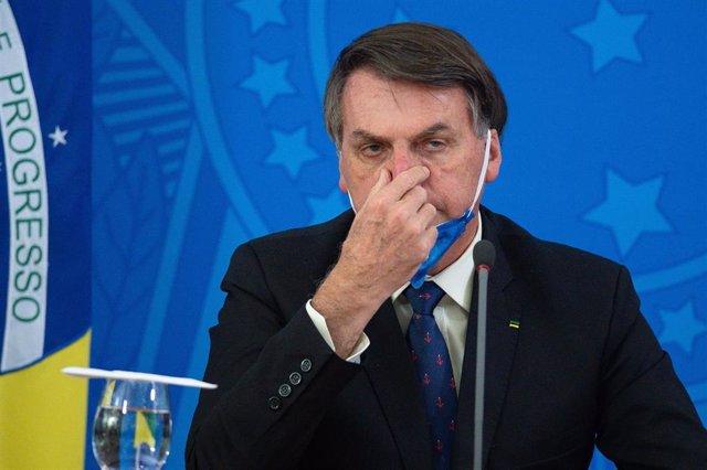 El presidente de Brasil, Jair Bolsonaro, con una mascarilla por el coronavirus