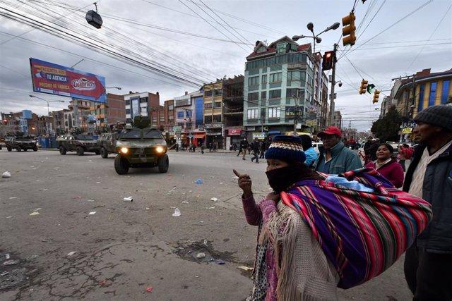 Vehículos del Ejército de Bolivia patrullan las calles de la ciudad de El Alto para hacer que se cumpla la cuarentena de 14 días decretada por el Gobierno como medida de contención del coronavirus.