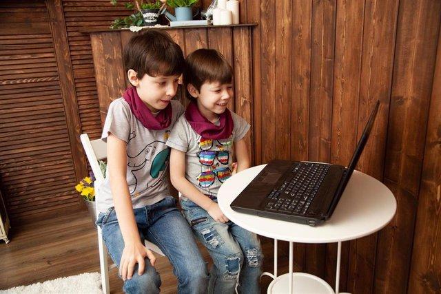 Unos niños miran un ordenador