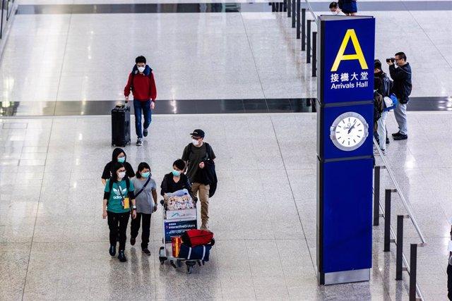 Coronavirus.- Hong Kong prohíbe la entrada de extranjeros y la venta de alcohol