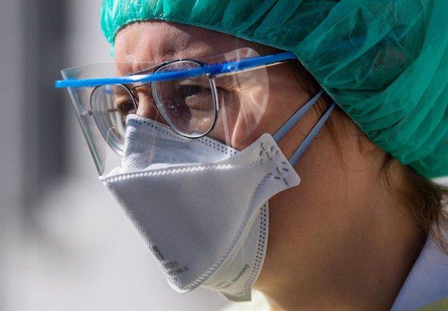 Personal sanitario con mascarilla y gafas de protección