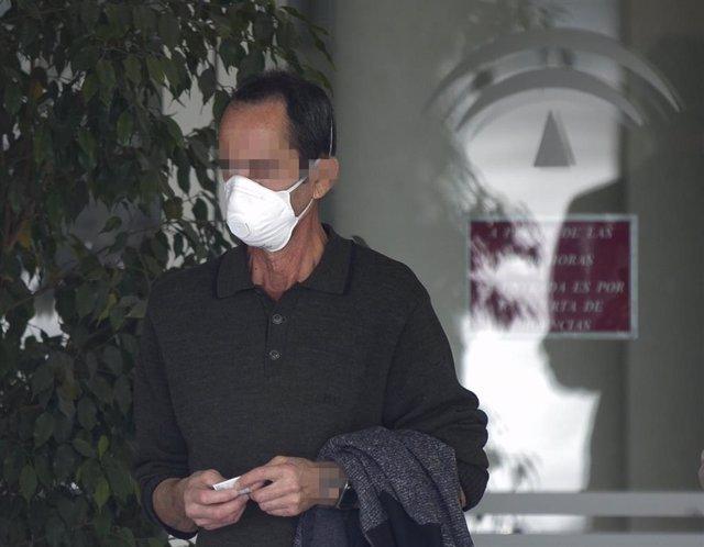 Un hombre con mascarilla sale del Hospital Universitario Virgen del Rocío donde ha sido dado de alta hoy el único paciente ingresado por coronavirus. En Sevilla, (Andalucía, España) a 02 de marzo de 2020.